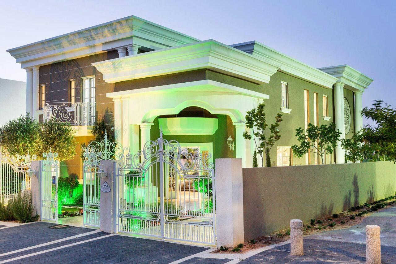 וילה מיוחדת בקיסריה למכירה בסגנון קלאסי - תאור הנכס הבית בן 5 שנים, ח.קולנוע, ח. יין, 5 סוויטות מפוארות על שטח של600 מטר, בנוי 350.
